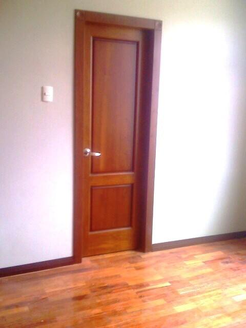 Ideatumobiliario puertas interiores y exteriores para su for Interior de la casa de madera moderna
