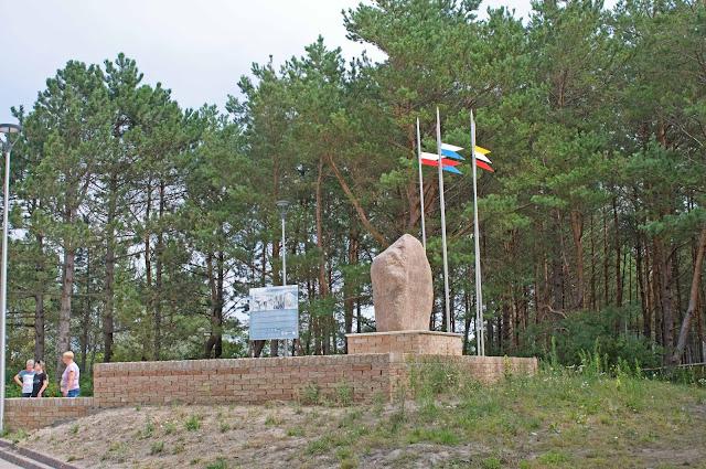 Mrzeżyno wejście na plaże wschodnie, pomnik zaślubin z morzem