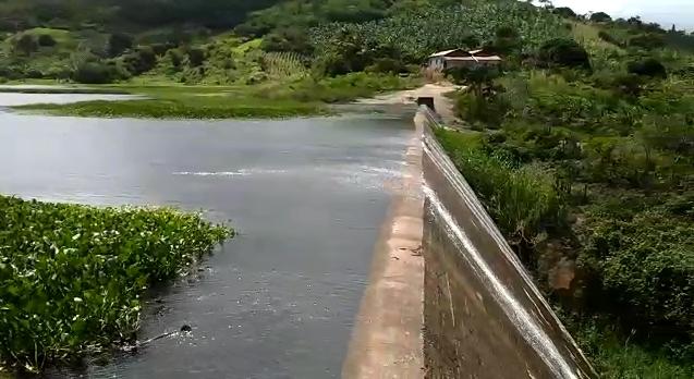 Barragem Lagoa do Matias sangra e Capega suspende racionamento em três municípios