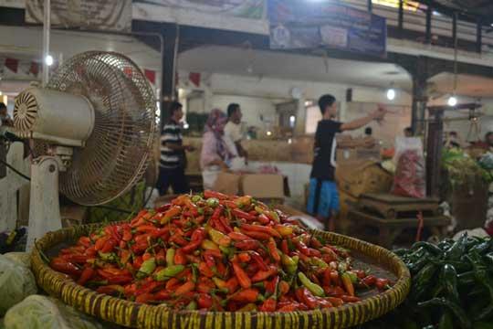 harga bahan pangan pokok di pasar jagastru cirebon anjlok