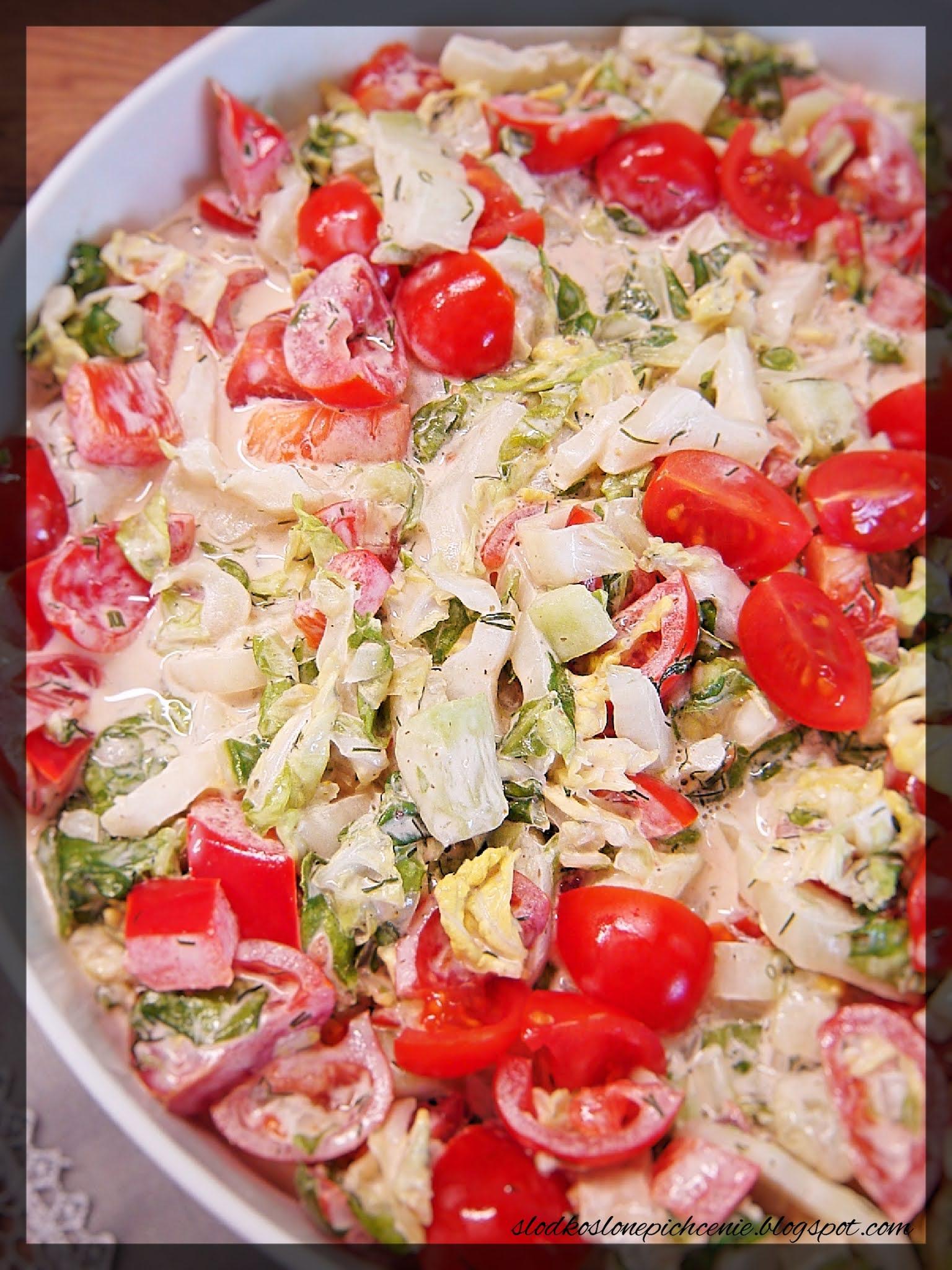 Surówka z kapusty pekińskiej z pomidorkami koktajlowymi
