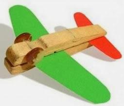 http://manualidades.cuidadoinfantil.net/como-hacer-un-avion-con-pinzas-de-ropa.html
