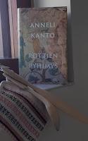 Rottien pyhimys -kirja ikkunalaudalla, kirjan edessä puukauha, puulasta ja patalappu