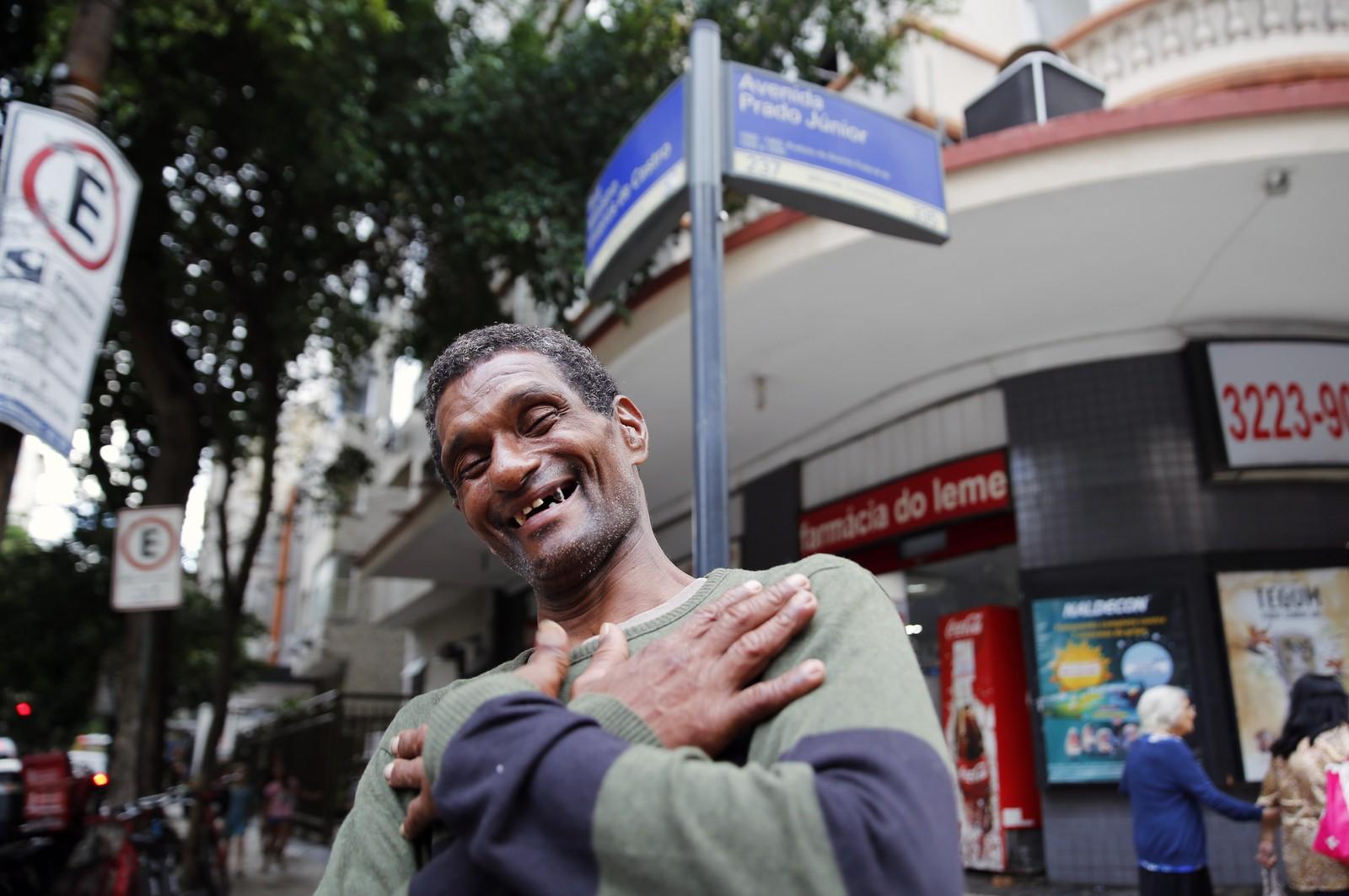 Vaquinha para homem que ajudou idosa durante temporal arrecada quase R$ 100 mil
