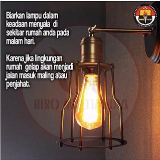 Biarkan lampu dalam keadaan menyala di sekitar rumah anda pada malam hari..