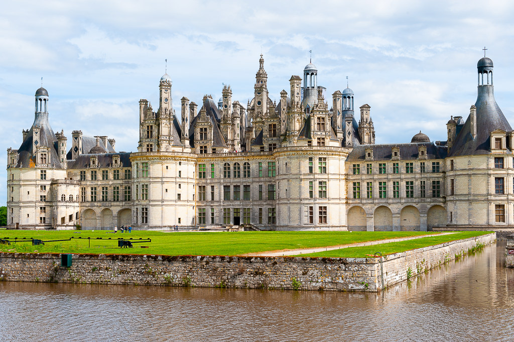 a photo of the chateau de chambord in the loire valley france