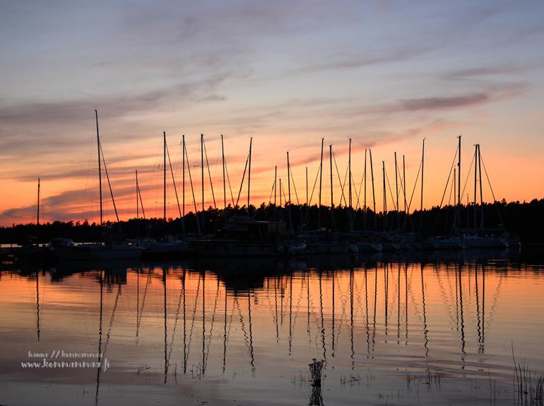 auringonlasku venesatamassa