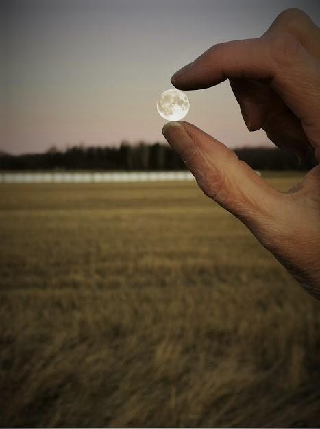 20-luvun ensimmäinen täysikuu, kuu taivaalta, kuu hyppysissä, Irjan kuu