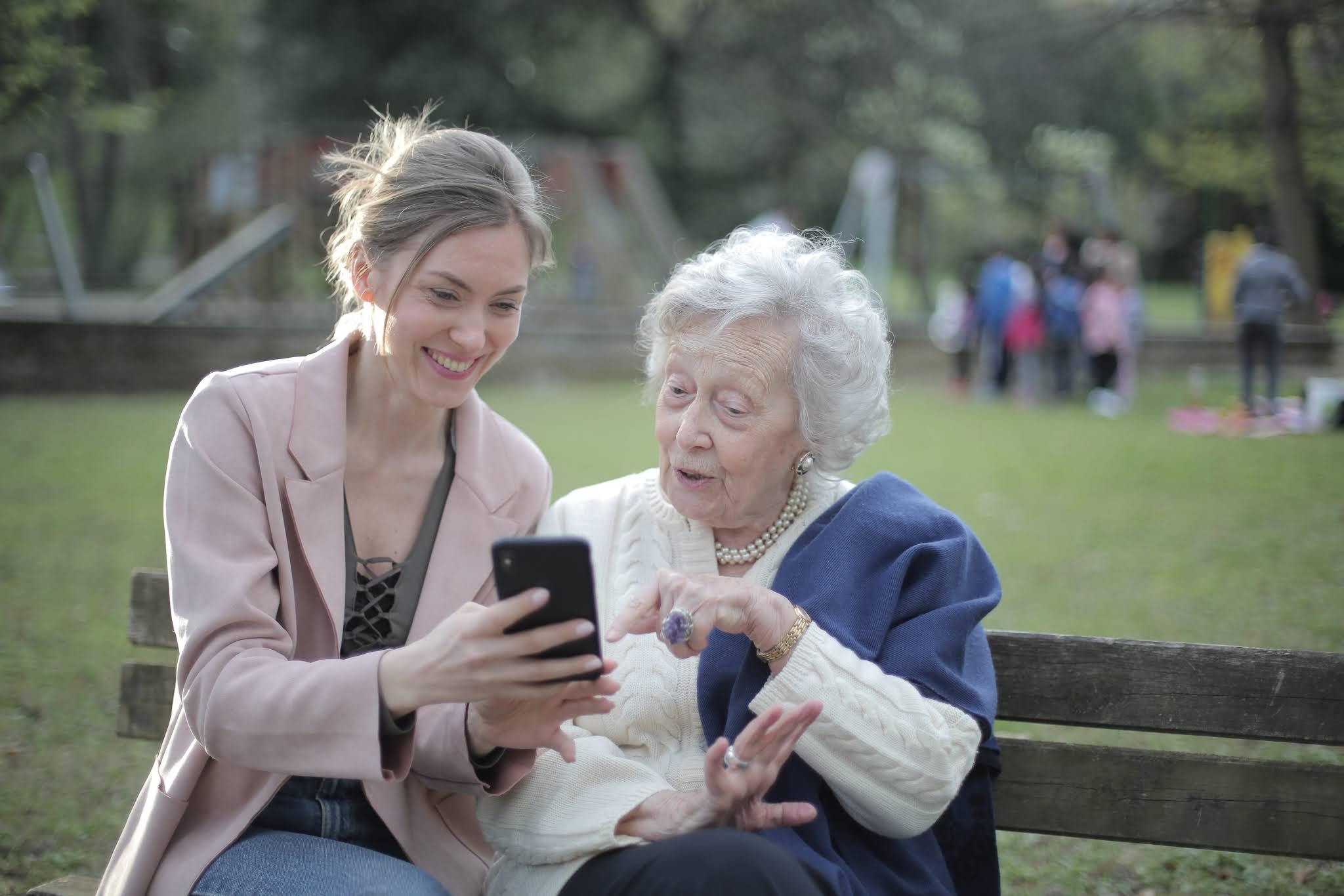 Neta mostrando o celular para sua avó