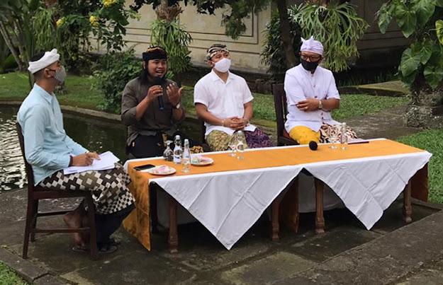 """Putu Eka Guna Yasa (nomor dua dari kiri) menjelaskan makna wisata menurut teks-teks karya sastra tradisional dalam acara Rembug Sastra """"Menuju Wisata Rohani"""" di Ubud, Sabtu (18/7)."""
