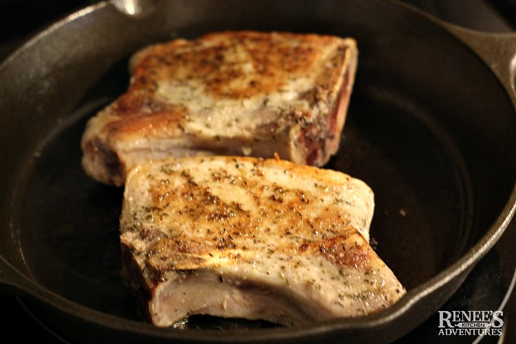Browning 2 pork chops cooked with sous vide in a cast iron skillet