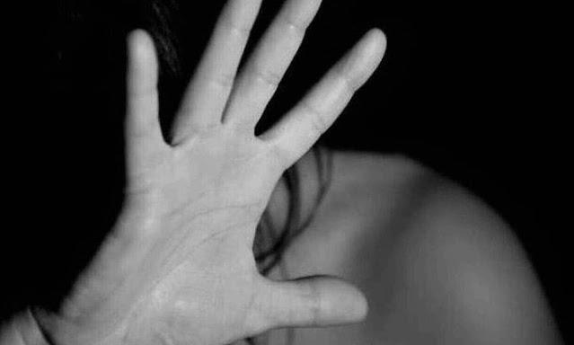 Μία νέα καταγγελία για παρενόχληση από ηθοποιό, είδε το φως της δημοσιότητας  «Με ακούμπησε κάτω από τα ρούχα και τον κλώτσησα» ανέφερε η ηθοποιός Ντια Ζούρα, περιγράφοντας στην τηλεόραση του ΣΚΑΪ, το περιστατικό παρενόχλησης που βίωσε από έναν σκηνοθέτη το 2016.  Όπως δήλωσε, το 2016 όταν ξεκίνησε μια νέα επαγγελματική συνεργασία στο θέατρο, ο ηθοποιός και σκηνοθέτης του παράστασης όταν δεν ανταποκρίθηκε σε αυτό που εκείνος είχε στο μυαλό του ξεκίνησε την λεκτική βία απέναντι της - από ξεσπάσματα τρομερού θυμού μέχρι άχρηστη κλπ.   Μάλιστα όπως η ίδια ανέφερε εκείνος δεν έμεινε εκεί αλλά την άγγιξε σε μια πρόβα. «Το έργο μας είχε σκηνή βιασμού οπότε νομίζω πως πάτησε εκεί και σε μια πρόβα λίγο χάθηκε και με ακούμπησε κάτω από τα ρούχα και τον κλώτσησα και κάπως έφυγε. Ήταν άκομα ένα άτομο μια γυναίκα ο τρίτος ηθοποιός της παράστασης. Εμένα μου πήρε πολύ καιρό να συνειδητοποιήσω ακριβώς τι είχε γίνει».  Όπως υπογράμμισε η κυρία Ζούρα δεν έπεσε από τα σύννεφα καθώς είχαν ήδη συμβεί πολλά περιστατικά ενώ δήλωσε πως πιστεύει ότι αυτός που την παρενόχλησε το έχει ξανακάνει.  Εξηγώντας το λόγο που βγήκε να μιλήσει η ίδια ανέφερε πως «νομίζω ότι μεγαλώνουμε τα κορίτσια μας να είναι αγχωμένα και να σκέφτονται 2-3 φορές. Υπάρχει η σιωπή, υπάρχει ο φόβος, δεν υπάρχει στην ουσία καμία προστασία».  Ερωτηθείσα αν νιώθει την ανάγκη να τιμωρηθεί αυτός ο άνθρωπος, η κυρία Ζούρα είπε «όχι, νιώθω την ανάγκη τωρα που γύρισε μια νέα σελίδα να γραφτούν κάποια πράγματα από την αρχή και αυτό που συμβαίνει με την βία ιδιαίτερα προς τις γυναίκες και όχι μόνο πρέπει να σταματήσει. Μπορούμε οι γυναίκες να έχουμε μια φωνή».  Παράλληλα, η ίδια σημείωσε πως «με αφορμή τα λόγια της κυρίας Μπεκατώρου και την εξέλιξη που πήραν τα πράγματα θυμηθήκαμε όλες οι γυναίκες, έχουμε 5-6 ιστορίες η κάθεμια παρενόχλησης».  Δείτε την ανάρτηση της ηθοποιού: