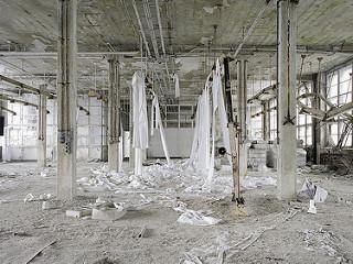 Edificio de oficinas en ruinas (interior)