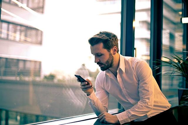 mencari sinyal handphone