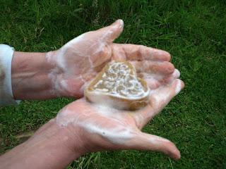 sabonete glicerinado com espumacproduzida com água quente
