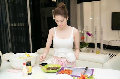 Ngọc Trinh thường tự tay chuẩn bị những bữa ăn lành mạnh
