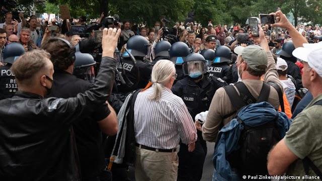 У Берліні тисячі людей вийшли на протести проти карантинних обмежень