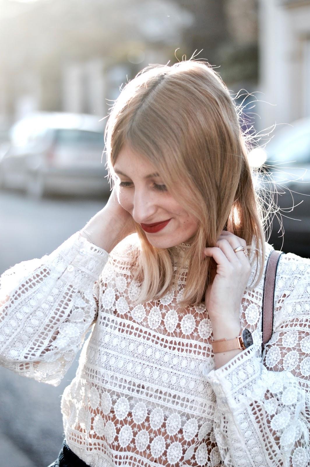 look femme printemps : blazer bleu, haut en dentelle blanche et basket scratch rose