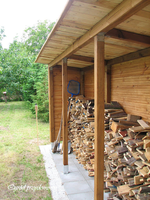 drewniana drewutnia, drewutnia z drewna, drewutnia na opał, ogród przydomowy