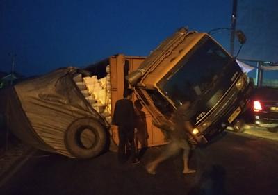 Jalan Bergelombang, Truck Fuso Terguling di Jalan Lintas Pantai Timur