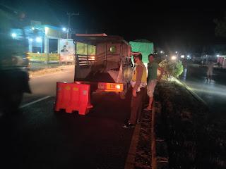 Hindari Kecelakaan Saat Mobil Truck Pecah Ban Personil Polsek Segeri Pasang Water Barrier