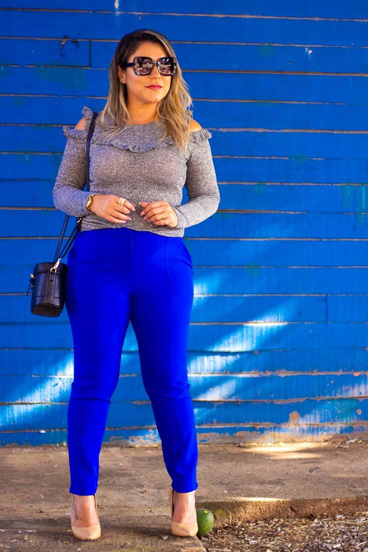 Look do dia: blusa cinza com brilhos e calça skinny