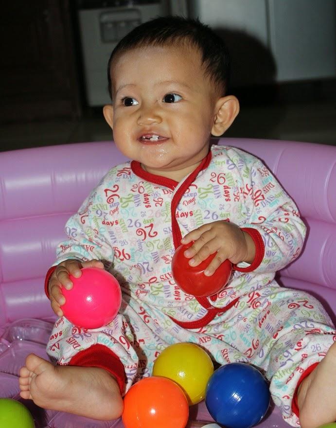 gambar bayi belajar duduk lucu