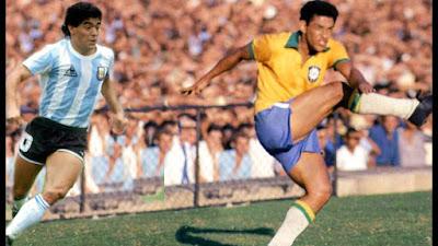 Fico imaginado o time do Céu agora, com Garrincha e Maradona no ataque. Os dois mais lúdicos jogadores da História do futebol.  Uma arrancada do Maradona, um drible do Mané... e os anjos, em êxtase, gritam enlevados: Olé! Olé! Olé! Em campo, deuses; na vida... tão humanamente frágeis.