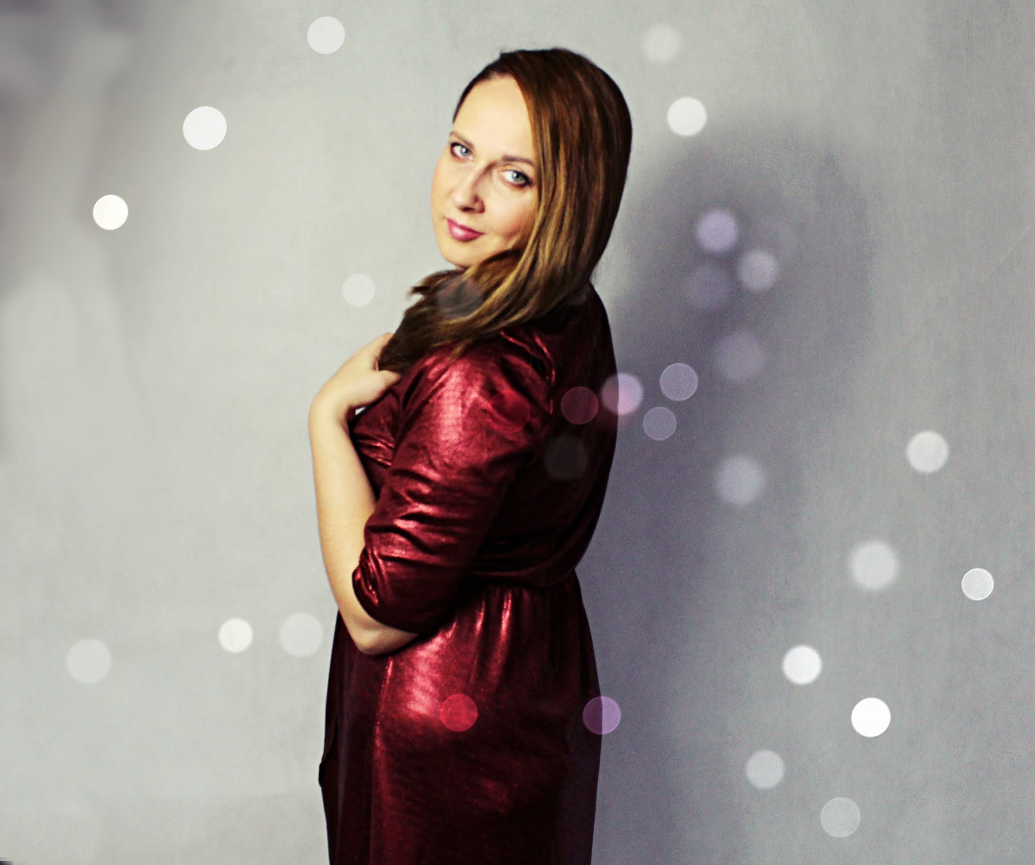 Czerwona sukienka z brokatowym połyskiem i założeniem kopertowym - bonprix.pl