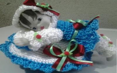 Bonequinha de porcelana com roupa de crochê