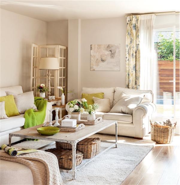 salon decorado en tonos neutros y detalles en verde chicanddeco