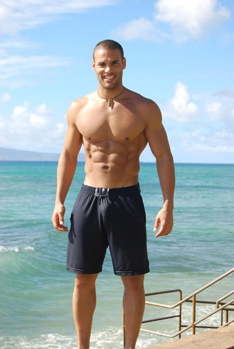 beautiful-chocolate-man-shirtless-sea