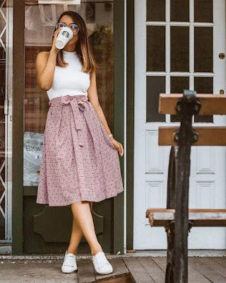Outfit con falda midi rosa