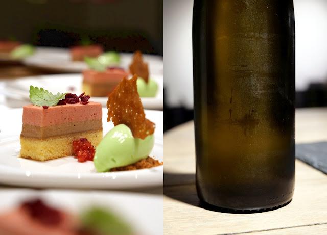Einen fulminanten süßen Schlusspunkt unter das Menü setzt Manuel Weyer mit der rosa Beerenschnitte mit Piemonteser Nougat, Salz-Karamell und Waldmeister-Sorbet. Dazu gibt es eine restsüße Sauvignon Blanc Spätlese Jahrgang 2018.