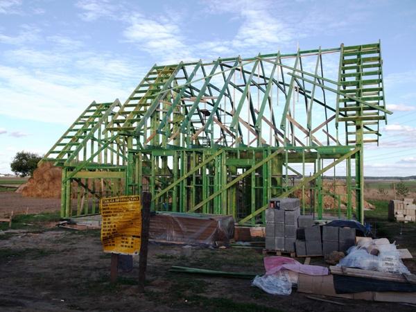 dom drewniany szkieletowy prefabrykowany w trakcie budowy - składanie szkieletu
