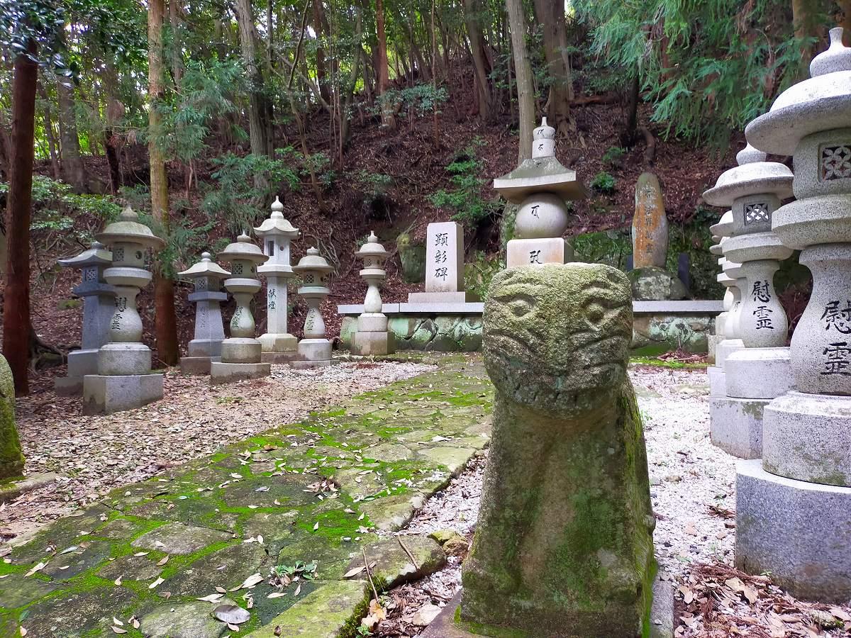 慰霊碑を石の猫さんが守っています。