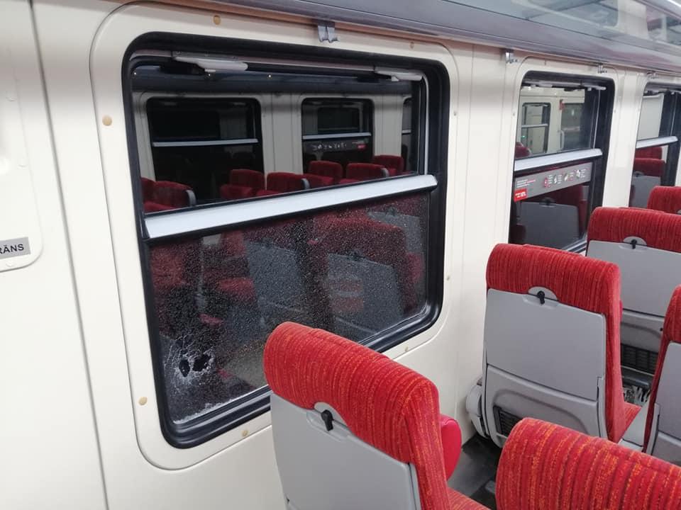 Izsists stikls pasažieru vilciena vagonā - 3