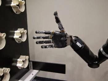 Il braccio robotico controllato da Jan Scheuermann
