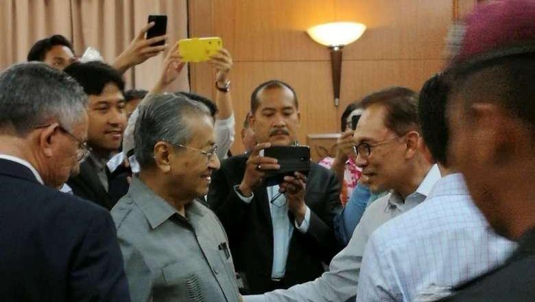 Mahathir Mohamad Pastikan Serah Kekuasaan Pada Anwar Ibrahim