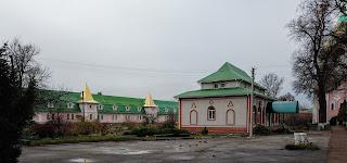 Густиня. Свято-Троїцький монастир. Келії і церковна лавка