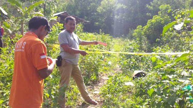 Ruteng – Sejumlah personil anggota kepolisian dari Polres Manggarai melakukan olah tempat kejadian perkara (TKP) di lokasi pembunuhan yang dilakukan oleh SM pada korban HI.