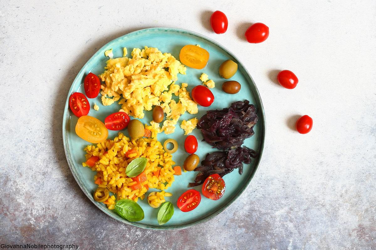Riso con zafferano, cipolle rosse e uova strapazzate e pomodorini