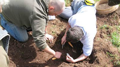 arqueólogos hallan un impresionante ajuar escarbando la tierra