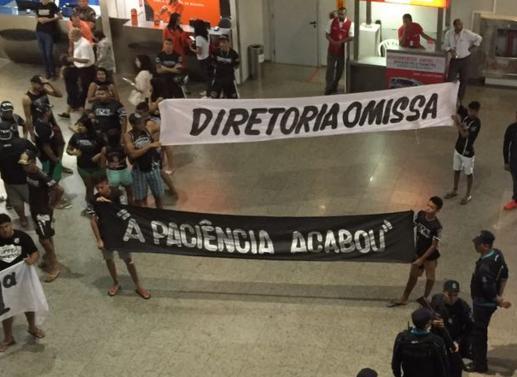Torcedores protestam no desembarque do Ceará