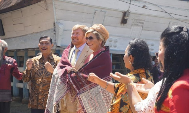 "Kunjungan ke Toba, Raja dan Ratu Belanda Dihadiahi ""Ulos Pinunsaan"""