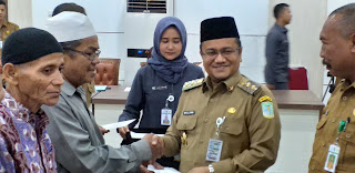 Wakil Walikota Jambi Menyerahkan Secara Simbolis Insentif Petugas Syara', Guru DTA, Ponpes Dan Dai Se-Kota Jambi.