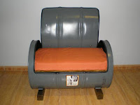 silla cómoda construida con un tanque