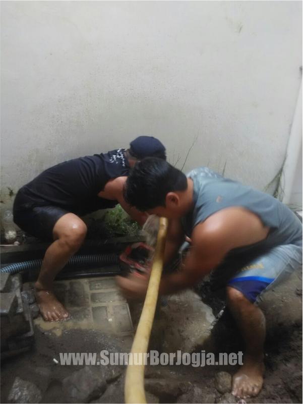 teknisi sumurborjogja.net saat proses service pompa air di Playen Gunung Kidul Yogyakarta