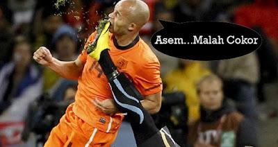 gambar olahraga lucu dengan tulisan saat sepak bola