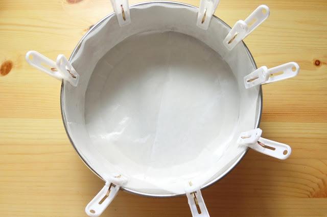 使用する型の底面・側面にクッキングシートをしき、側面のシートが動かないように洗濯ばさみで固定しておきます。